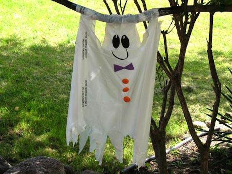 fantasma di stoffa da appendere in giardino