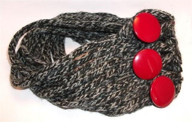 scalda collo grigio bottoni rossi