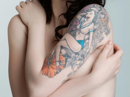 tatuaggio pin up sul braccio