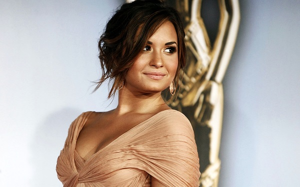 demi lovato make up capelli sera pesca dim