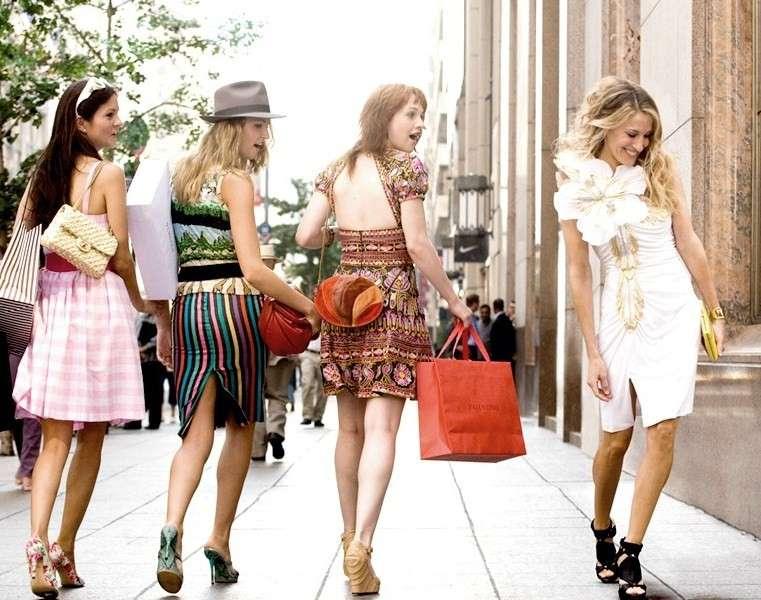 Carrie Bradshaw, vestiti e outfit alla Sex and the City [FOTO]