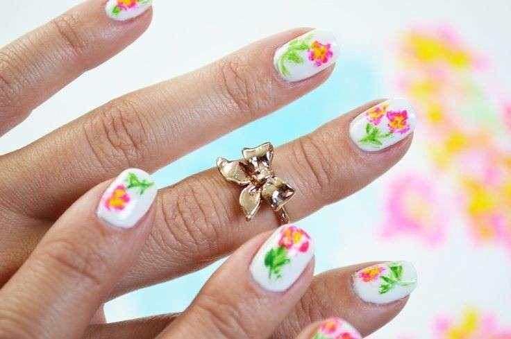 Nail art fiori semplici fai da te [FOTO]