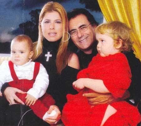 il cantante e la showgirl con i figli