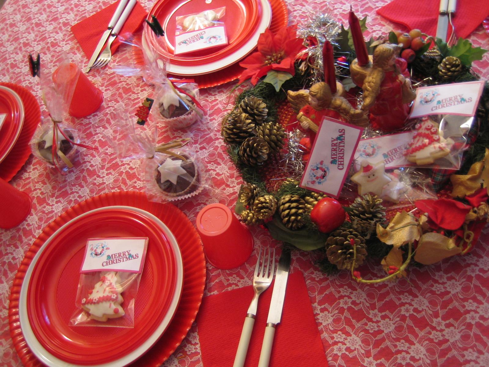A Natale per ridurre l'appetito basta apparecchiare la tavola in rosso