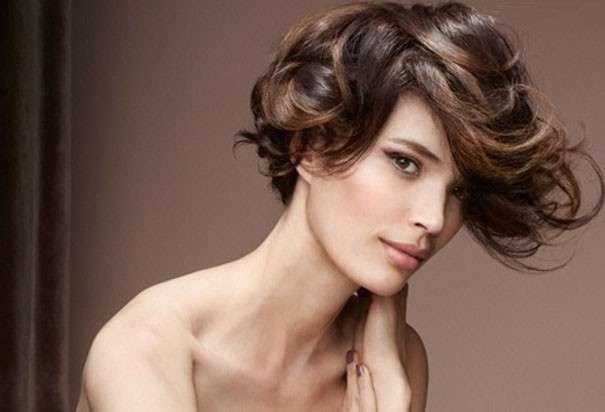 Immagini di capelli corti e mossi