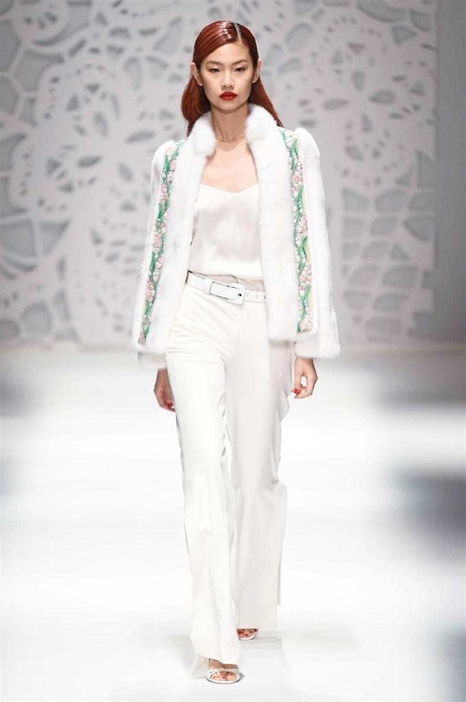 come abbinare i colori nell'abbigliamento il bianco abbinato al verde e al rosa sulla passerella di Blumarine