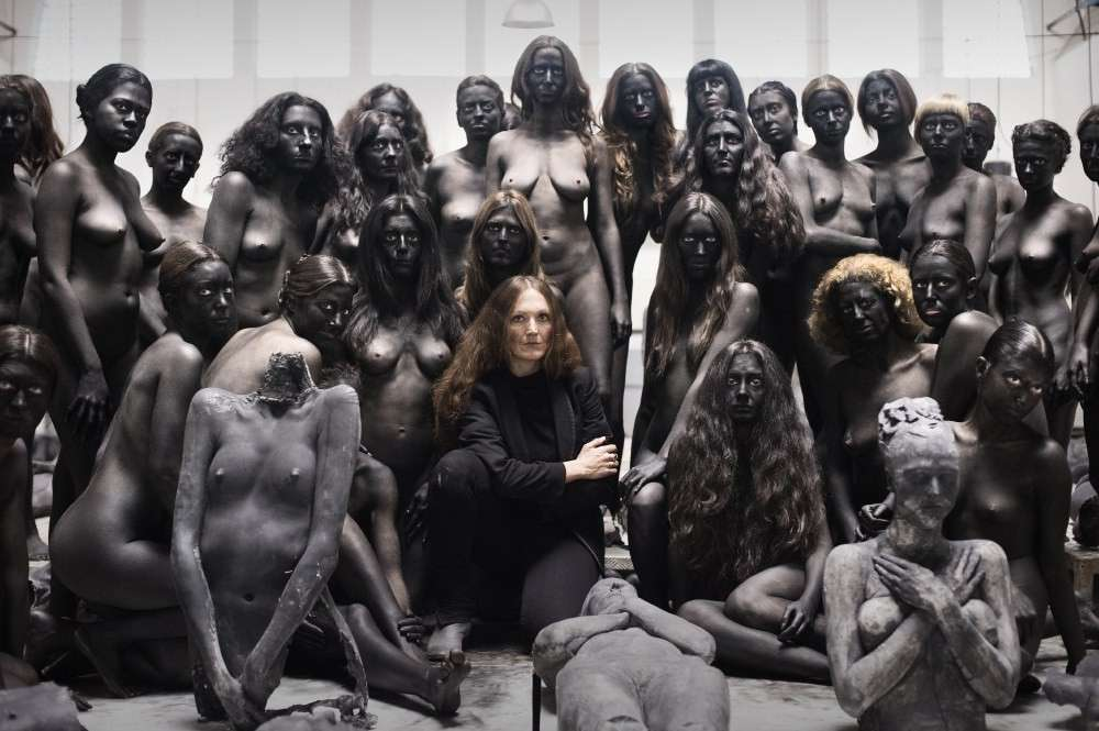 Vanessa Beecroft immortalata con le sue performer femminili