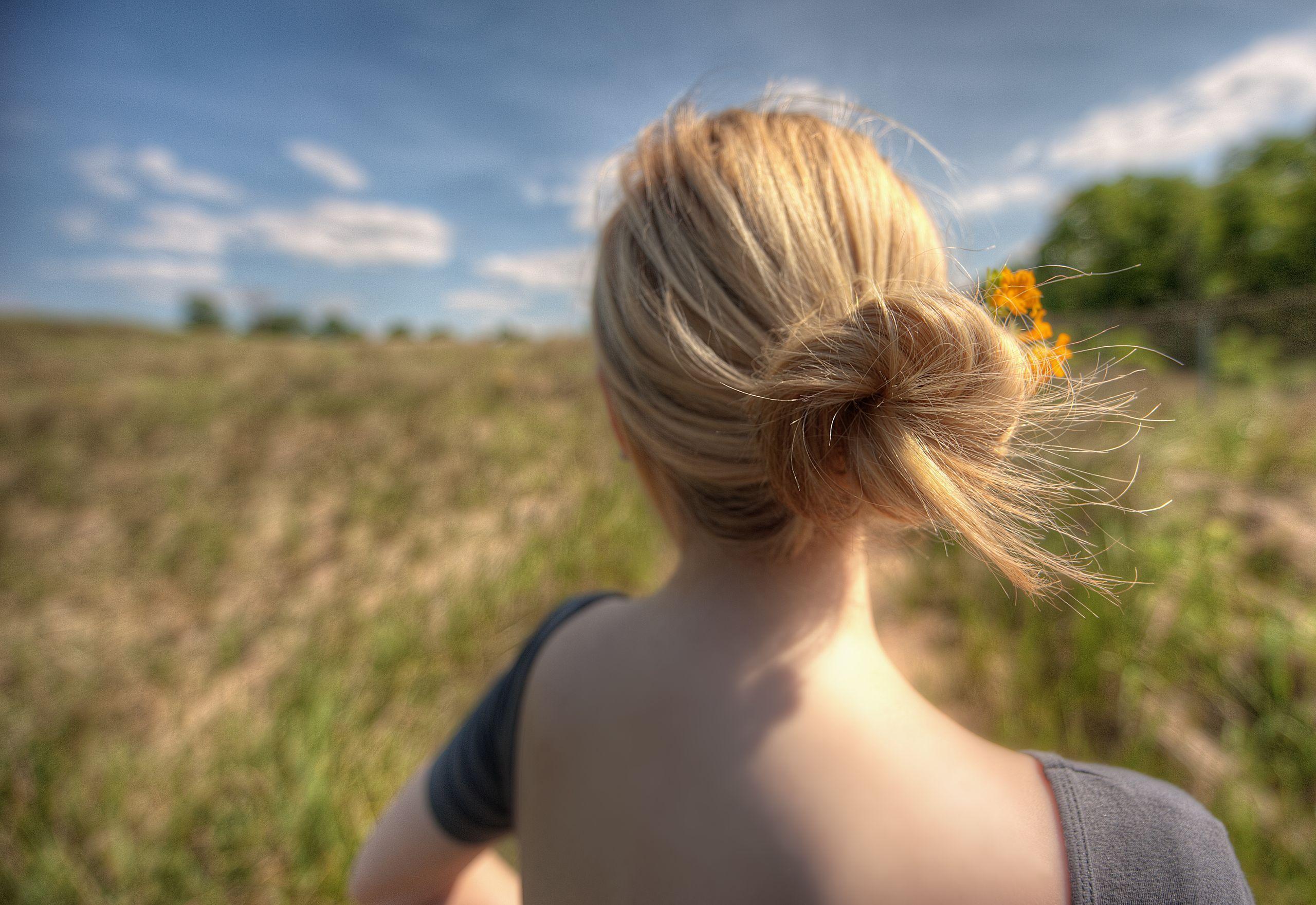 Chignon spettinato con fiorellini gialli