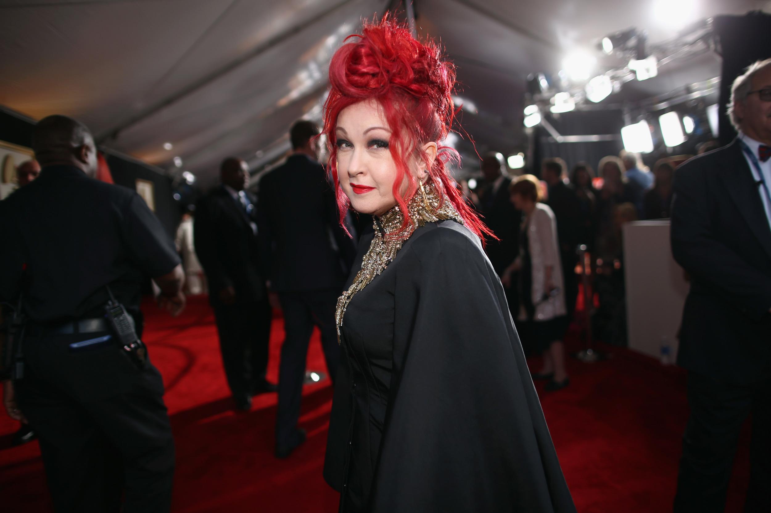 Cyndi Lauper capelli rosso fuoco