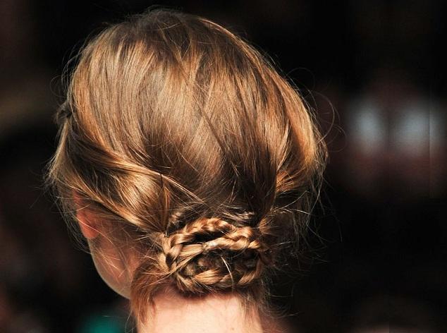 Raccolto su capelli corti con treccine
