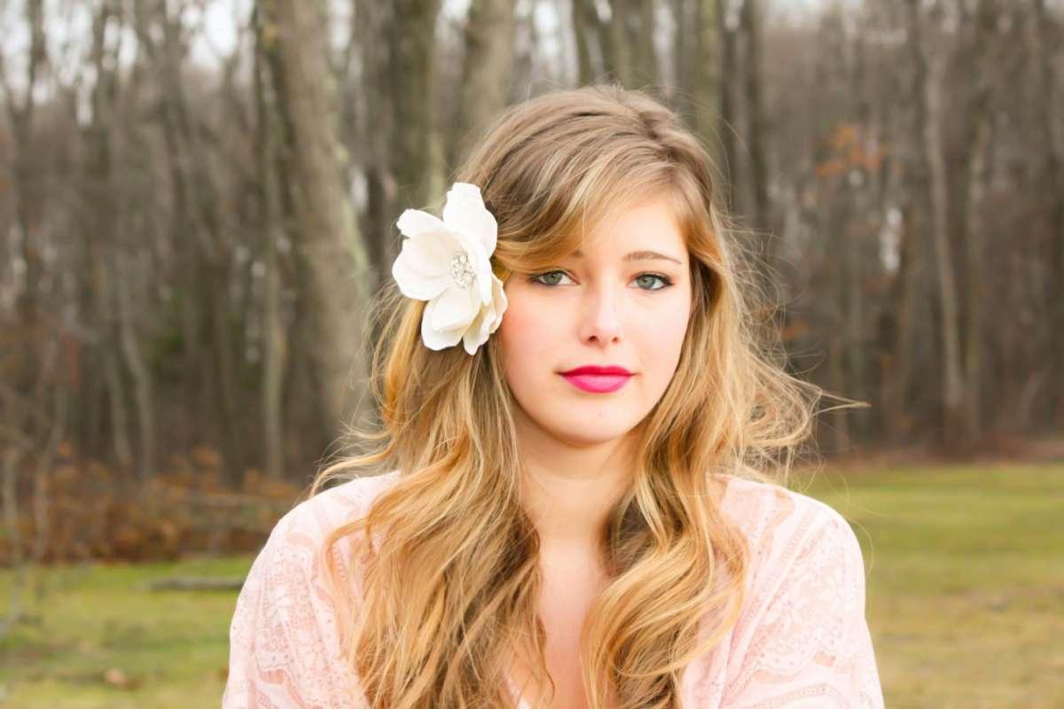 Acconciature capelli lunghi con fiori, le più romantiche da copiare [FOTO]