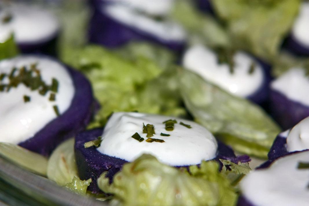 Patate vitelotte con yogurt all'aglio, ricetta ricca di antiossidanti