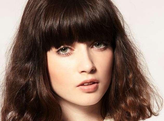 Trucco delicato per capelli con frangia