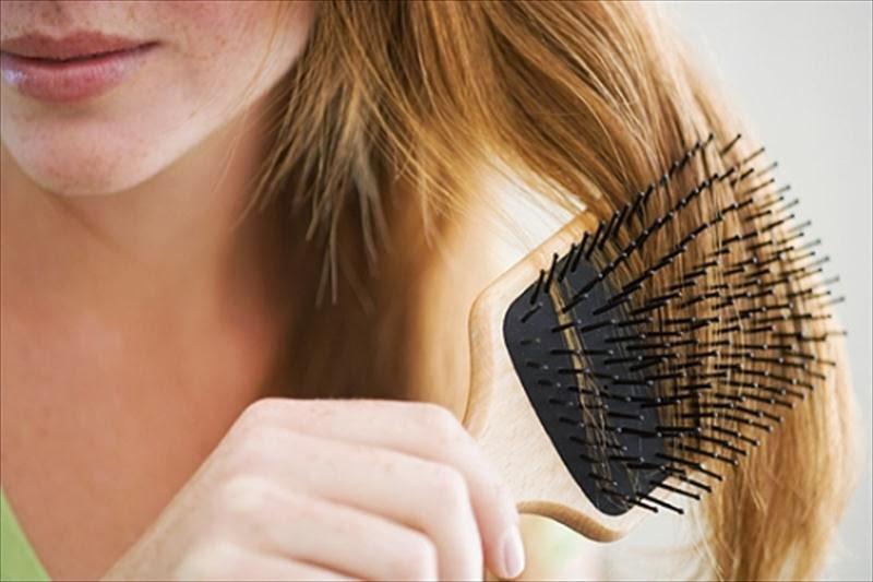 Perdita dei capelli dopo il parto: i rimedi naturali e integratori