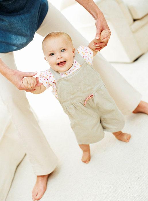I primi passi dei bambini: a quanti mesi e come aiutarli?
