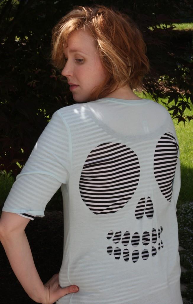 maglietta teschio sopra maglia righe