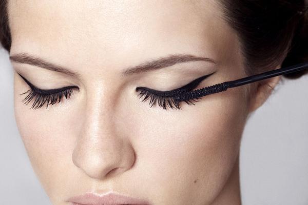 Eyeliner in stile flick anni '50