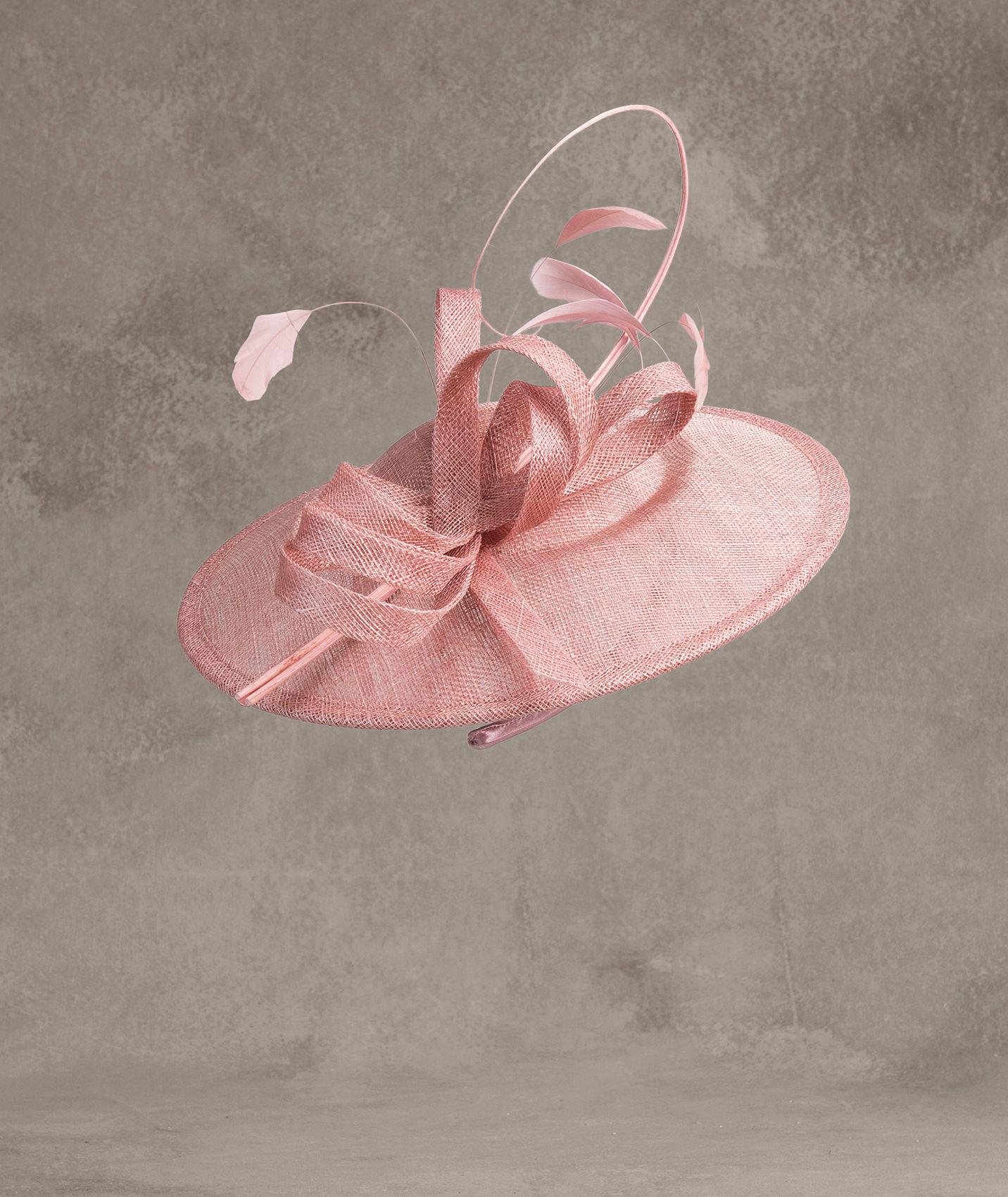 Cappello a larga tesa rosa in sinamay, piume e raso Pronovias
