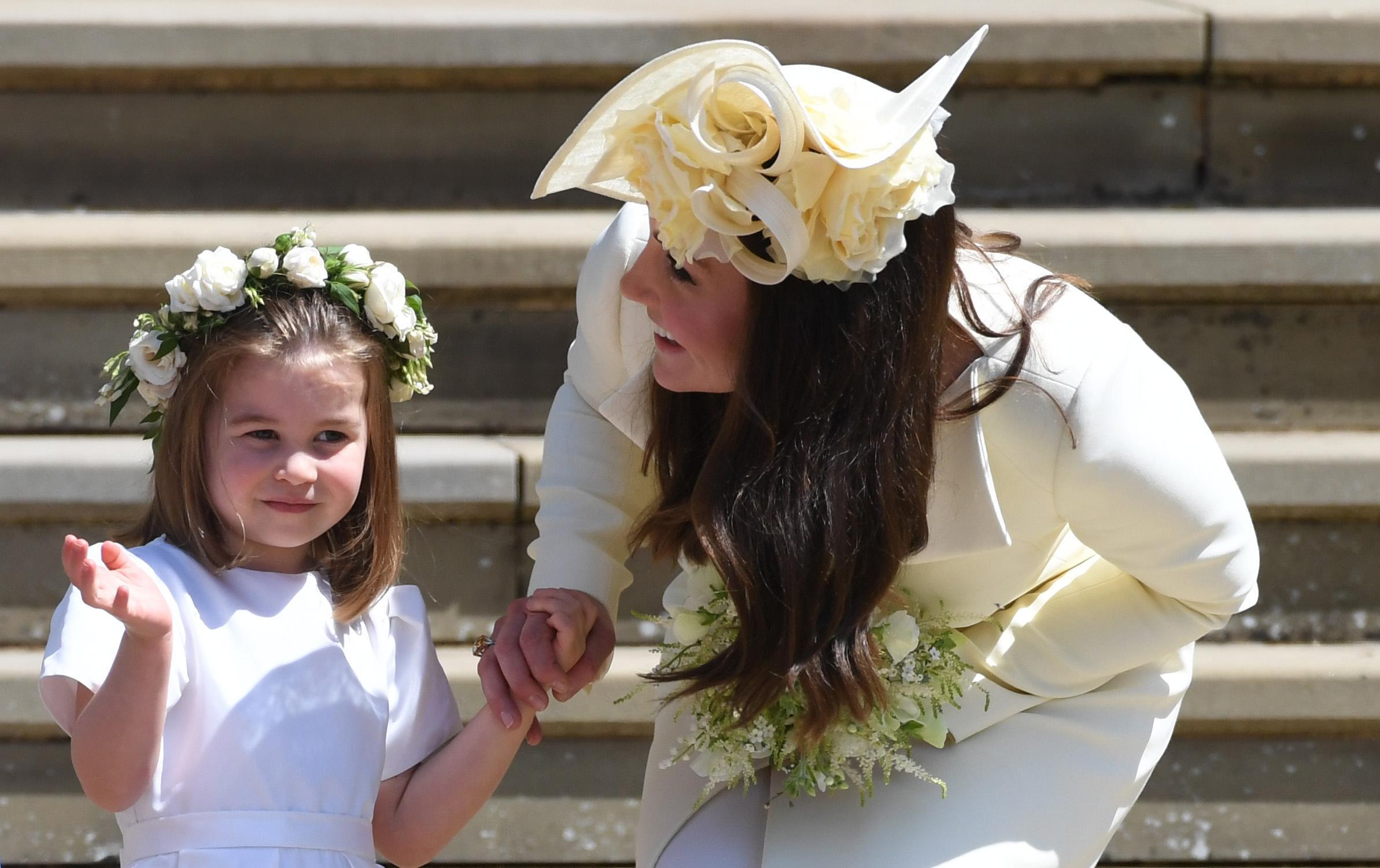 Kate Middleton con cappello da cerimonia con rose