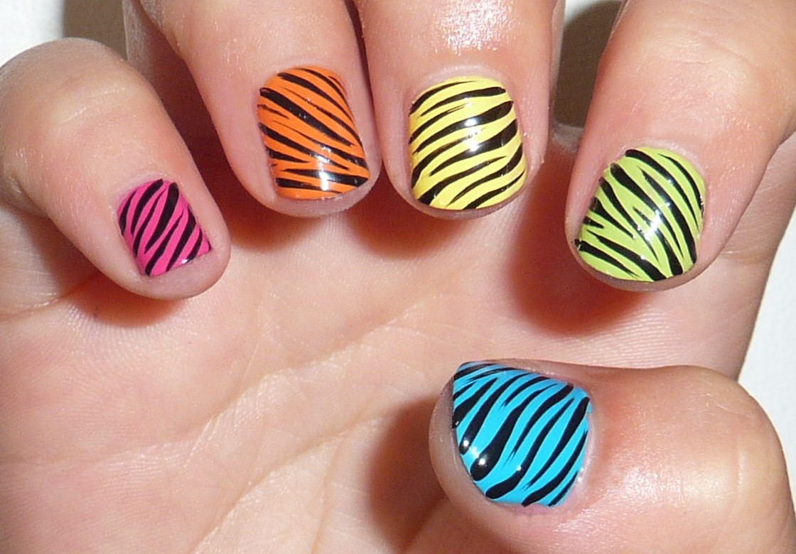 Nail art animalier zebrate colorate