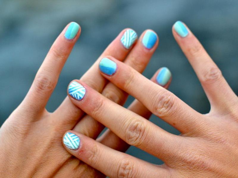 Nail art turchese e bianca