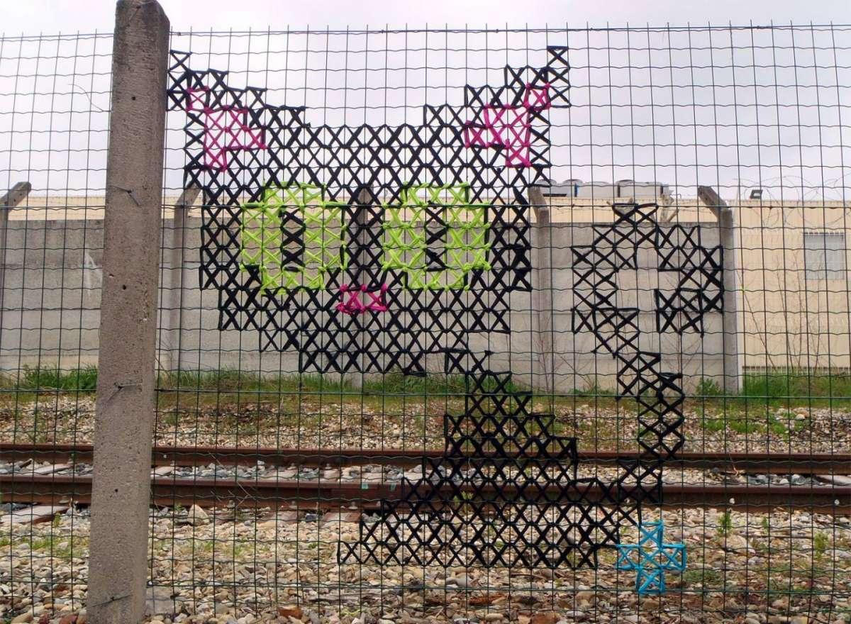 Urban X Stitch: i graffiti a punto croce sono la nuova moda [FOTO]