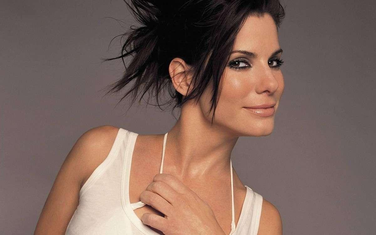 Sandra Bullock beauty look: 50 anni e non mostrarli [FOTO]