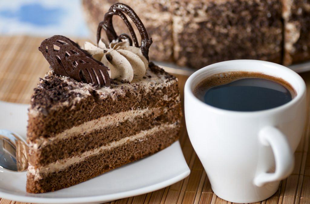 Torta al caffè e tazzina di caffè