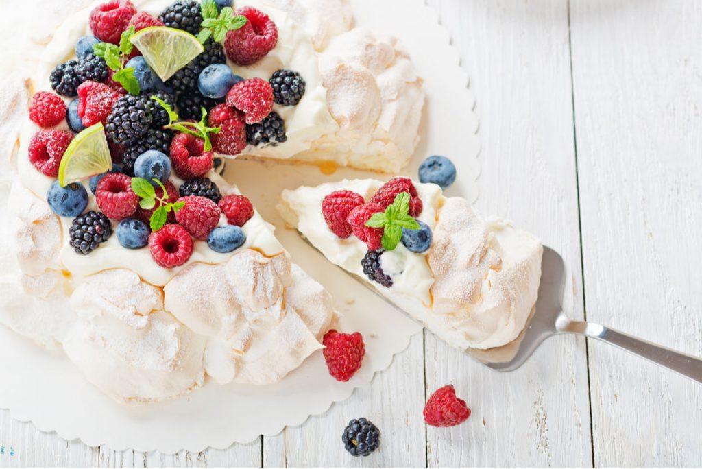Torta con frutta fresca e panna