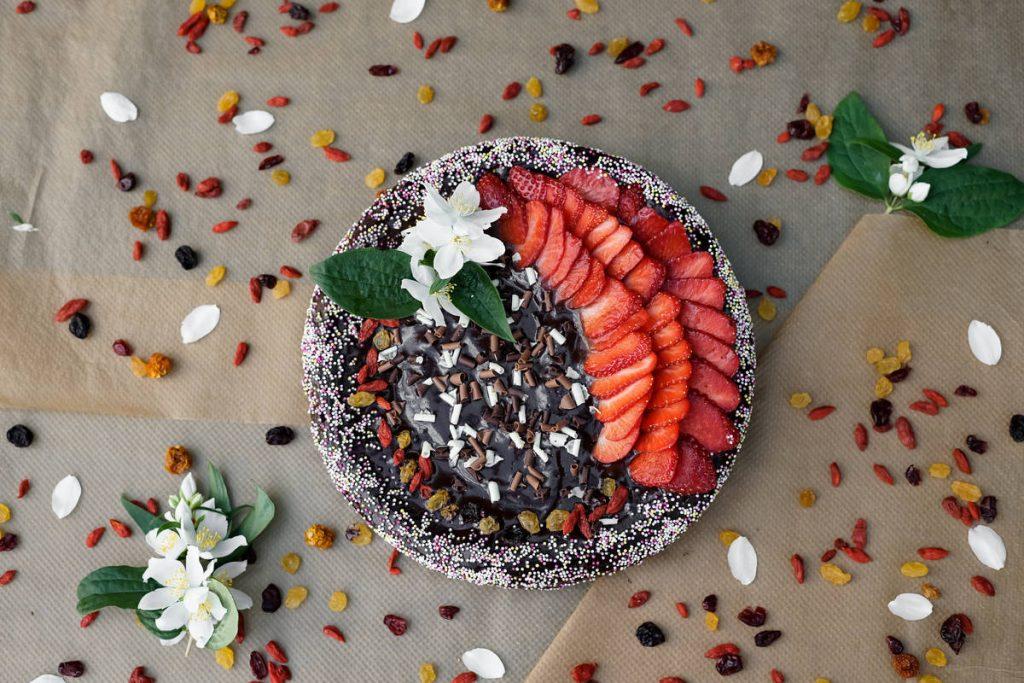 Torta con fragole e cioccolato