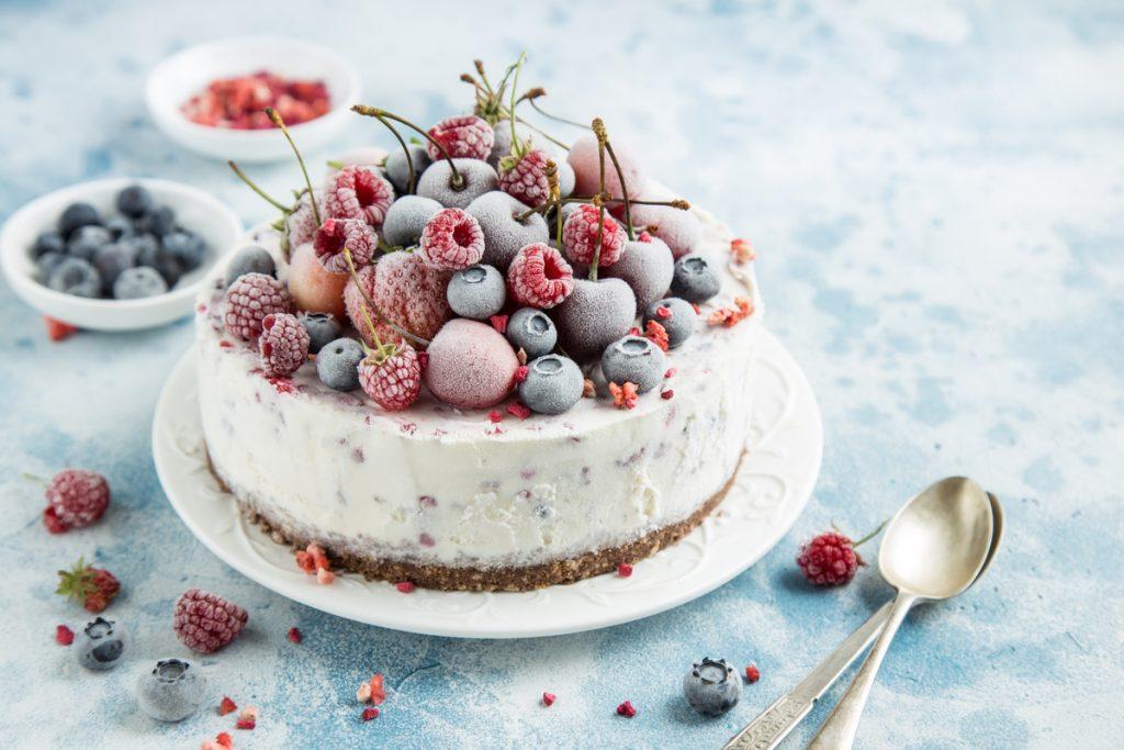 Torta gelato con frutti di bosco