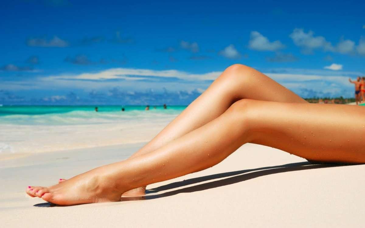 Gambe pesanti in estate, come fare e quali sono i prodotti [FOTO]