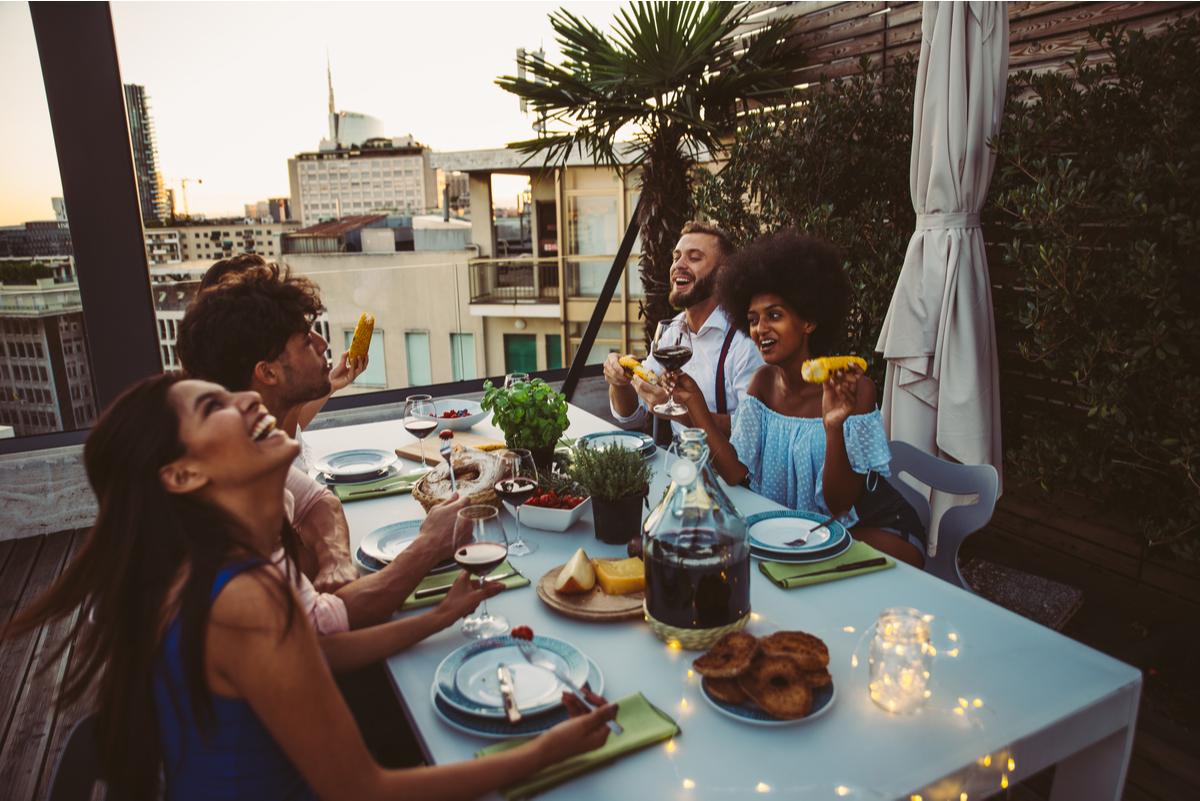 Amici che cenano in terrazza