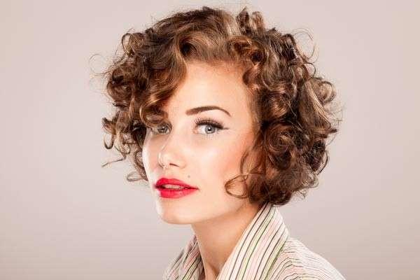 Acconciature per capelli corti e ricci [FOTO]