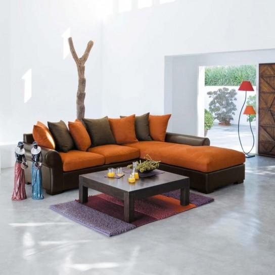 divano angolare marrone e arancio