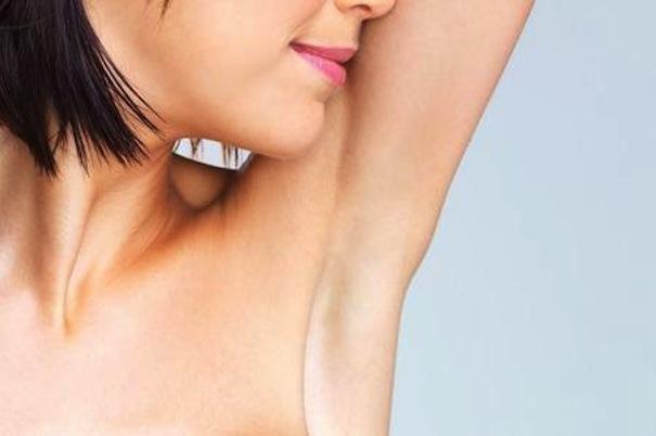 Come depilare le ascelle senza irritare la pelle: 10 consigli