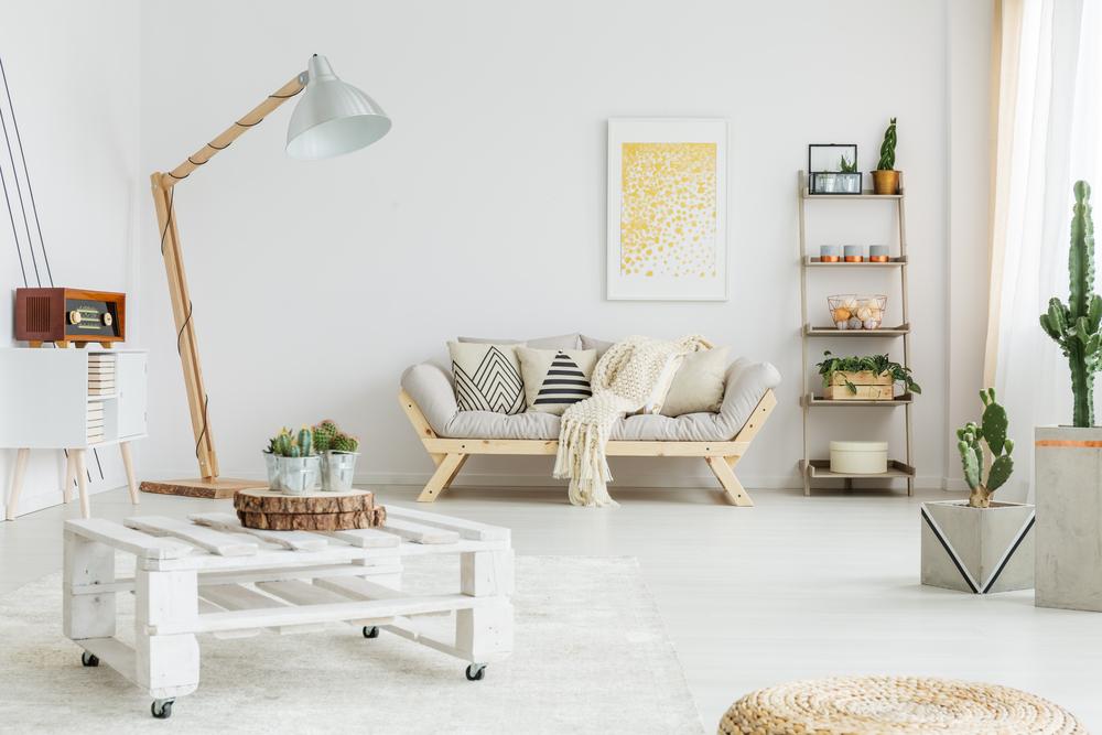 Tavolino in pallet e divano fatto con legno riciclato