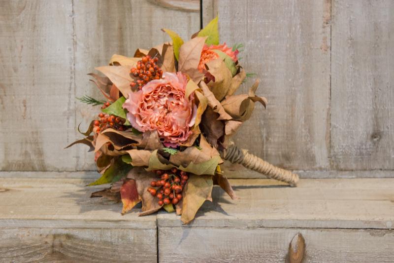 bouquet di foglie e fiori