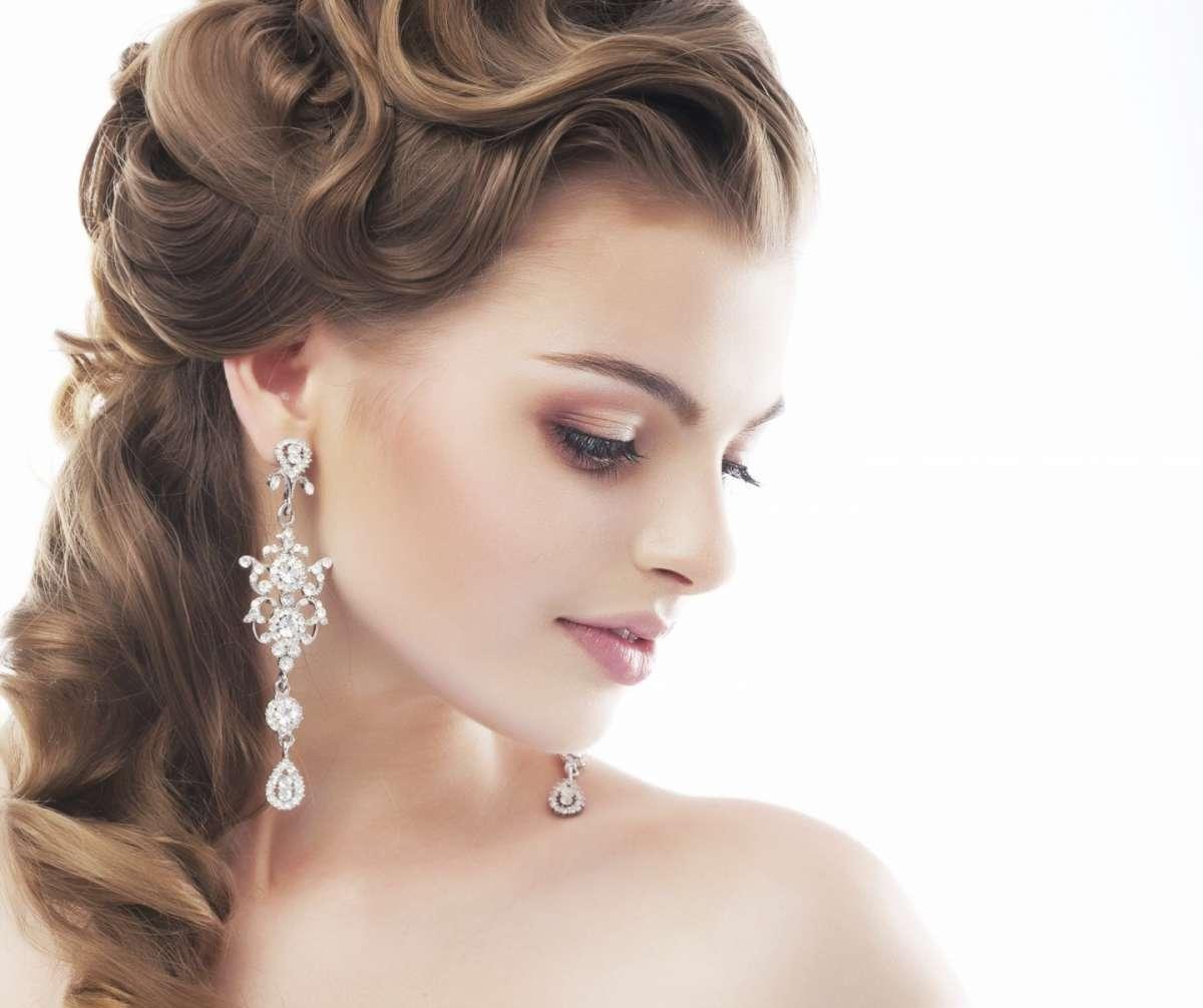 Acconciature da sposa: la coda laterale, semplice e romantica