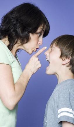 mamma sgrida figlio_412x435