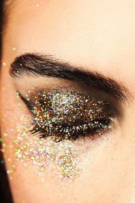 Make up per Capodanno con glitter e strass: tutti i prodotti per un make up perfetto [FOTO]