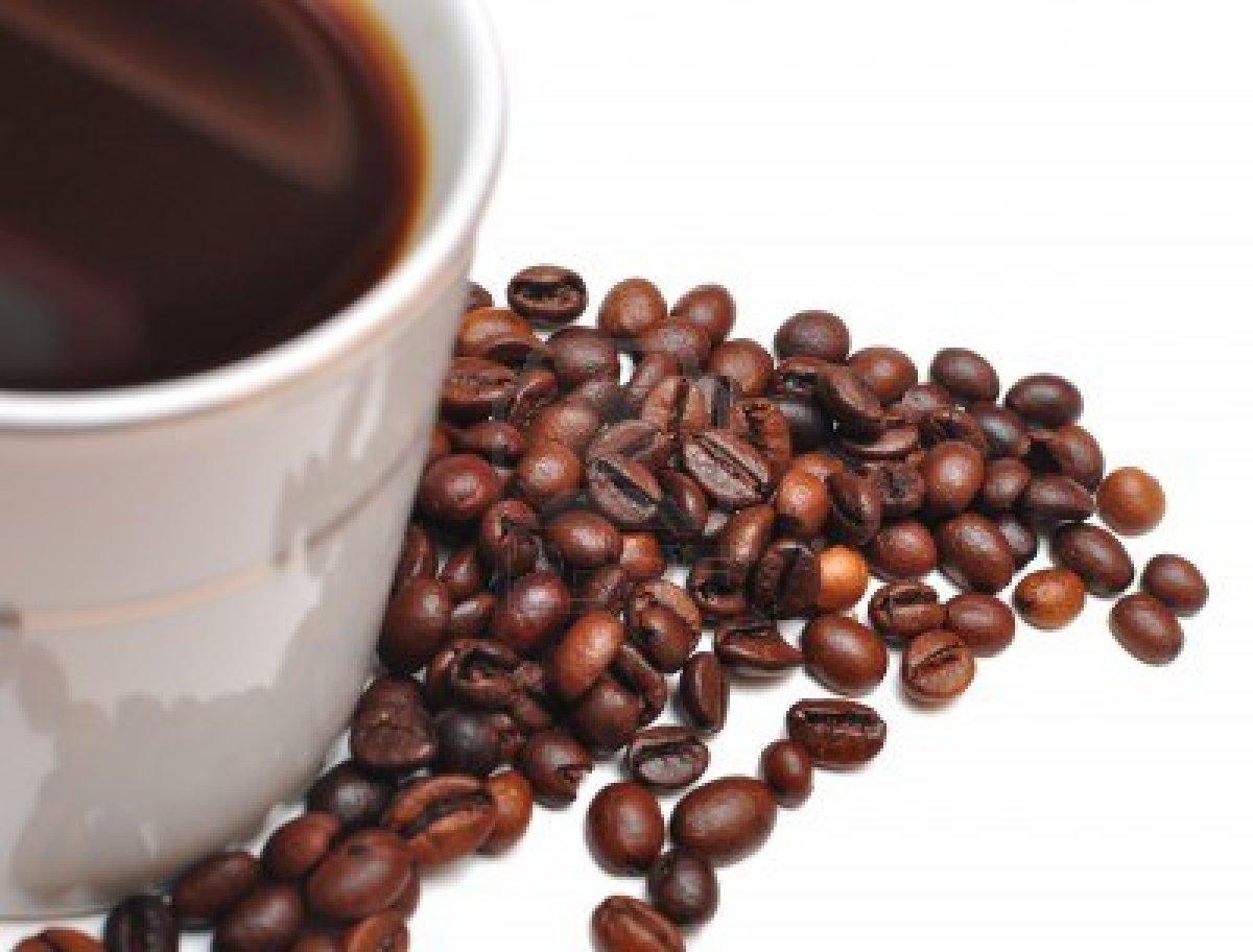 7594690 bianco tazza di caffe e chicchi di caffe