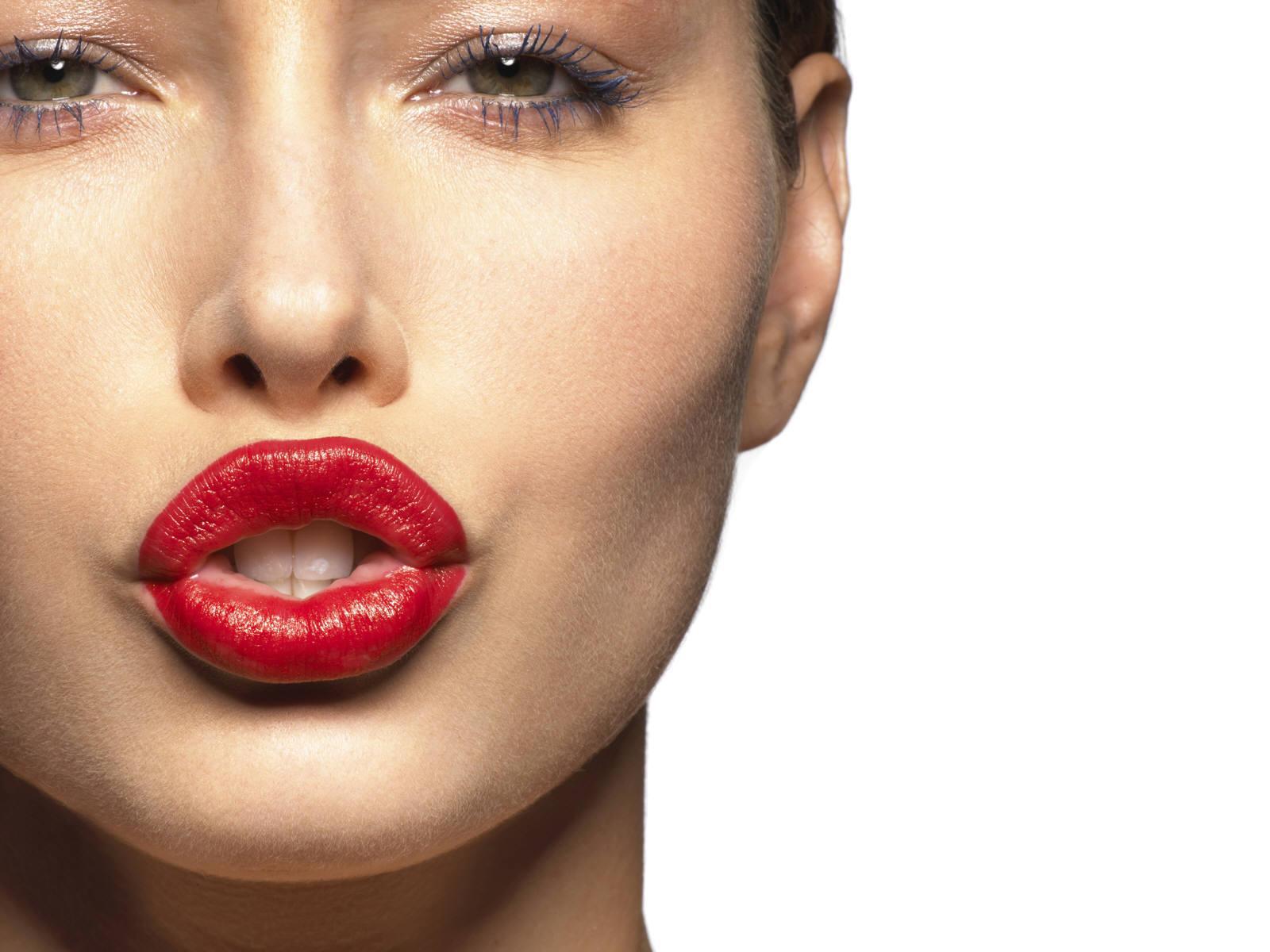 labbra carnose rossetto rosso