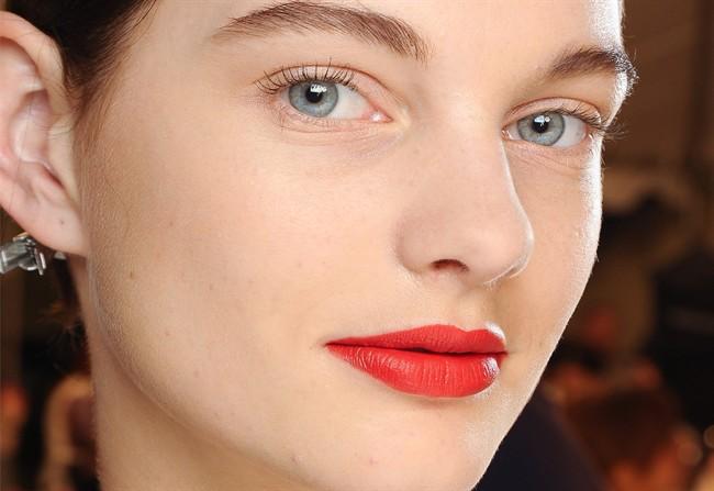 labbra sottili rossetto rosso