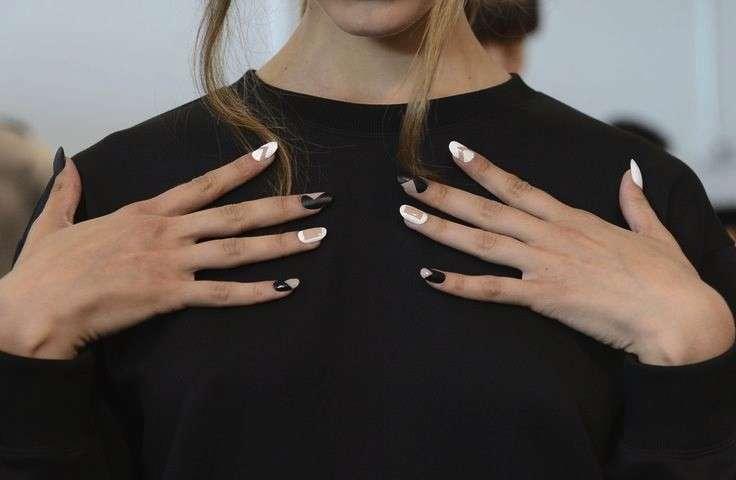 Negative space manicure: la tendenza beauty sulle unghie [FOTO]