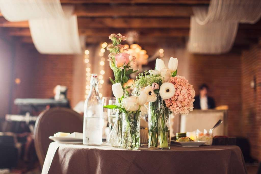 Composizioni floreali per il matrimonio fai da te tante idee originali e low cost foto - Composizioni floreali per tavoli ...