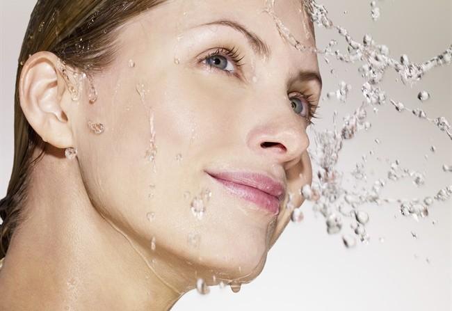 donna acqua viso_650x447