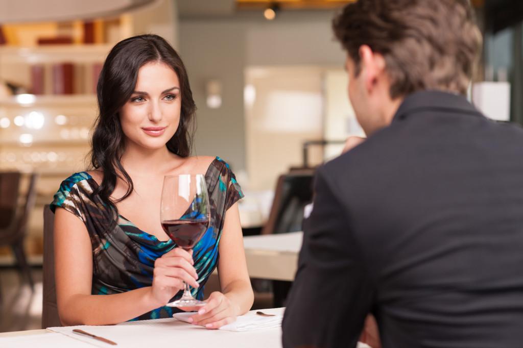 donna al ristorante