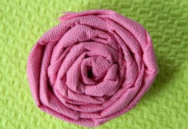 Rosa con tovaglioli