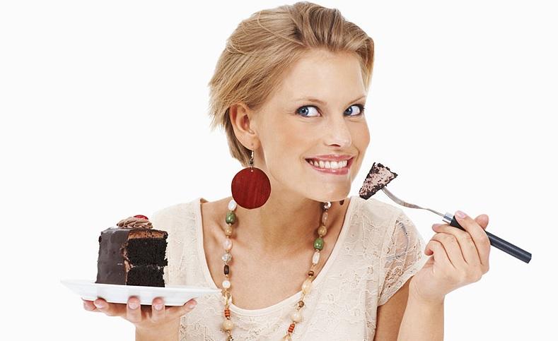 Donna che mangia dolci k